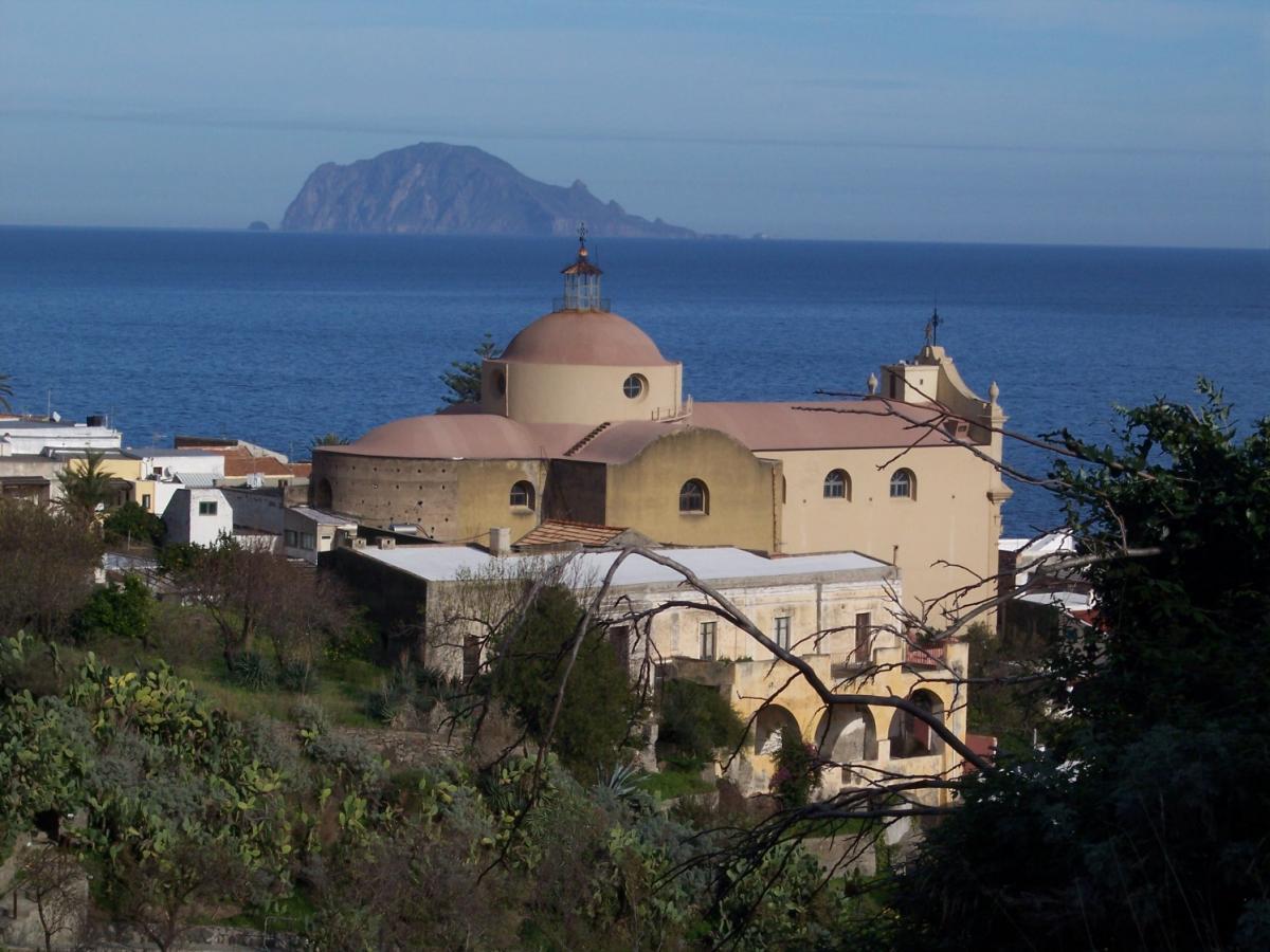 Santa Marina Salina, sullo sfondo l'isola di Panarea
