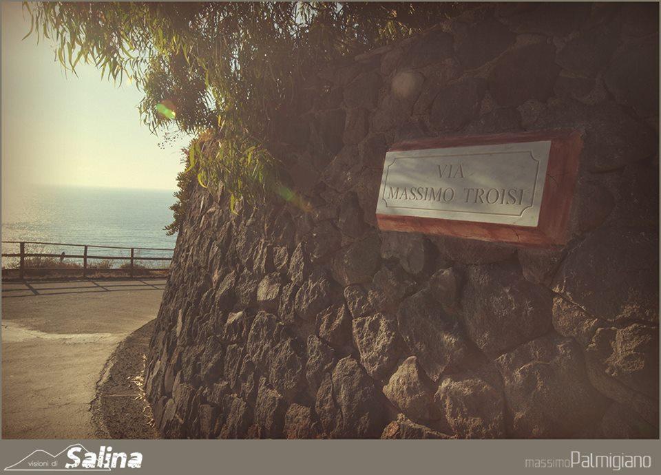 La strada intitolata a Massimo Troisi a Pollara